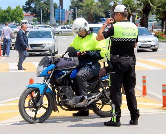 1,5 saatte 52 motosiklet sorgulandı