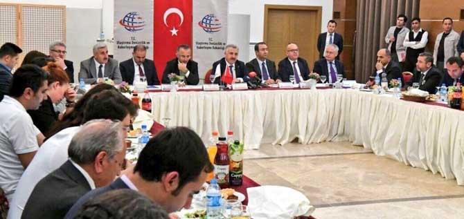 Bakan Arslan, ulaştırma muhabirleri ile geleneksel iftar yemeğine katıldı