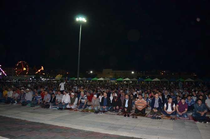 Kadir gecesinde binlerce kişi teravih namazında buluştu
