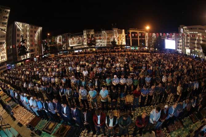 10 bin kişi meydanda birlikte saf tuttu