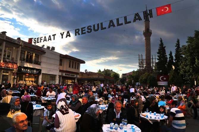 Gelenek bozulmadı, Türkiye'nin en büyük iftar sofrası Uşak'ta kuruldu