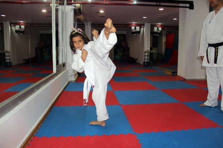 Küçük kız ailesini korumak için karate öğreniyor