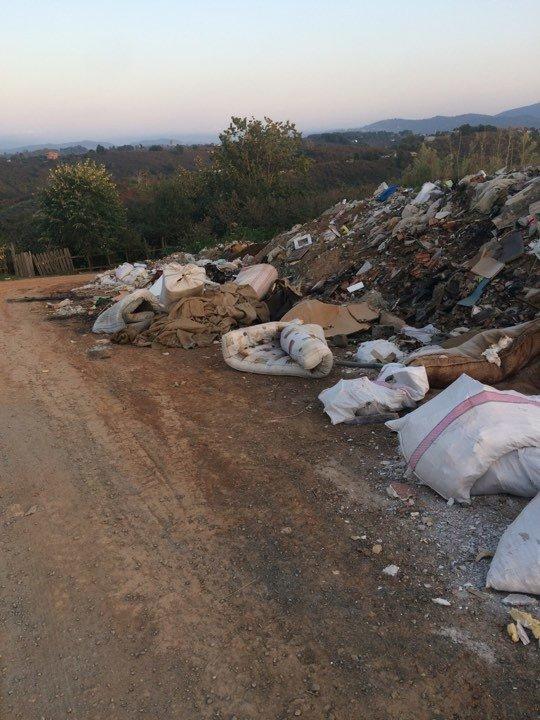 Akçakoca'da Yukarı Mahalle halkı yola dökülen çöplerden şikayetçi