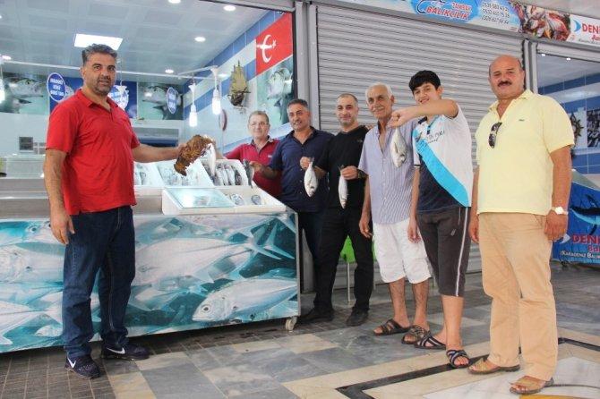 Balık semt pazarı esnafı açılışa özel balık ziyafeti verecek