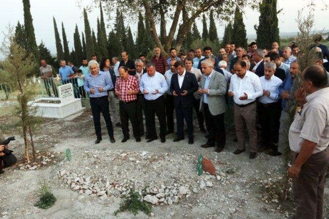 Eski Başbakan Davutoğlu, Akhisar'da Ahmet Er'in kabrini ziyaret etti