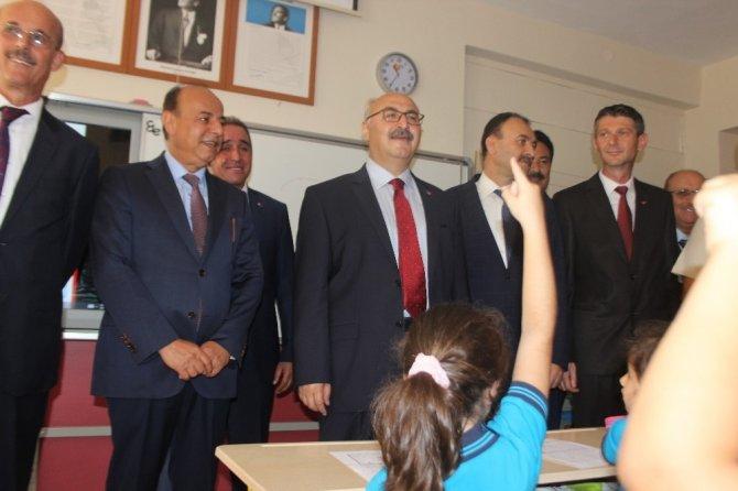 Aydın'da ilk ders zili Vali Köşger'den