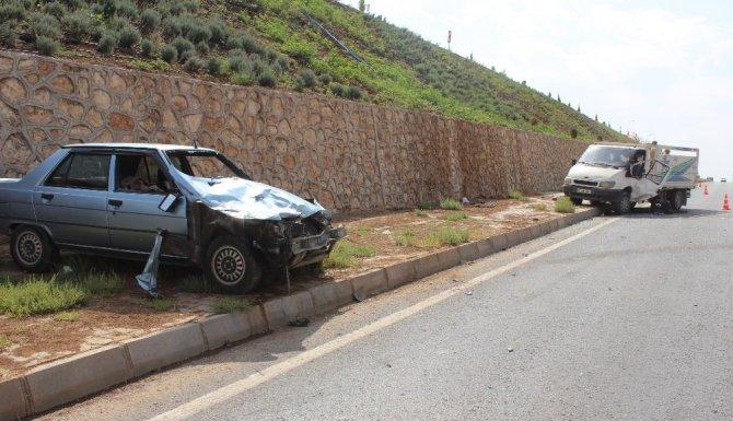 Otomobil minibüse çarptı: 2 Yaralı