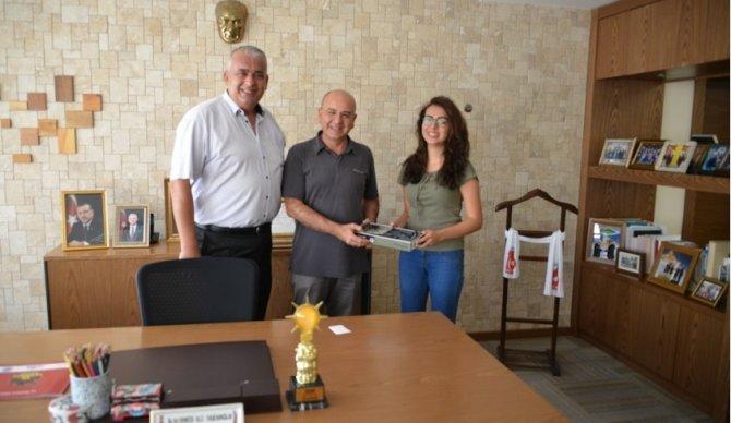 Başkan Saraoğlu, Tıp Fakültesi'ni kazanan öğrenciye stetoskop hediye etti