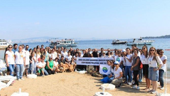 Gönüllüler deniz ve kıyı temizliği yaptı