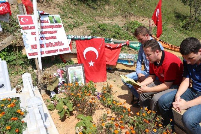 Sınıf arkadaşları ve öğretmenleri okulun ilk gününde şehit Eren Bülbül'ün kabrini ziyaret ettiler
