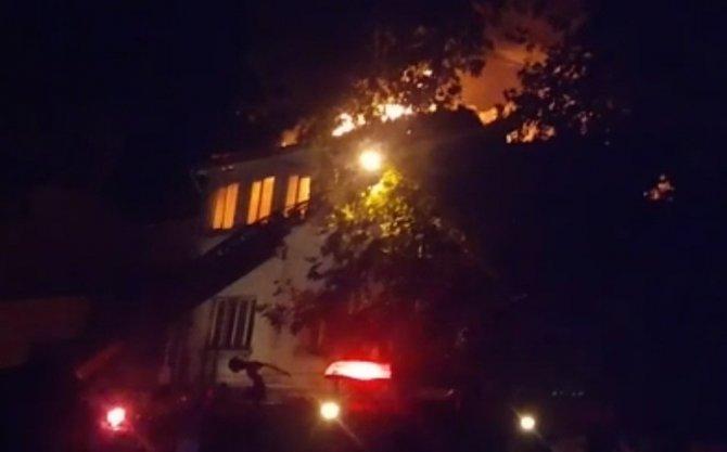 Çatı katı alev alev yandı
