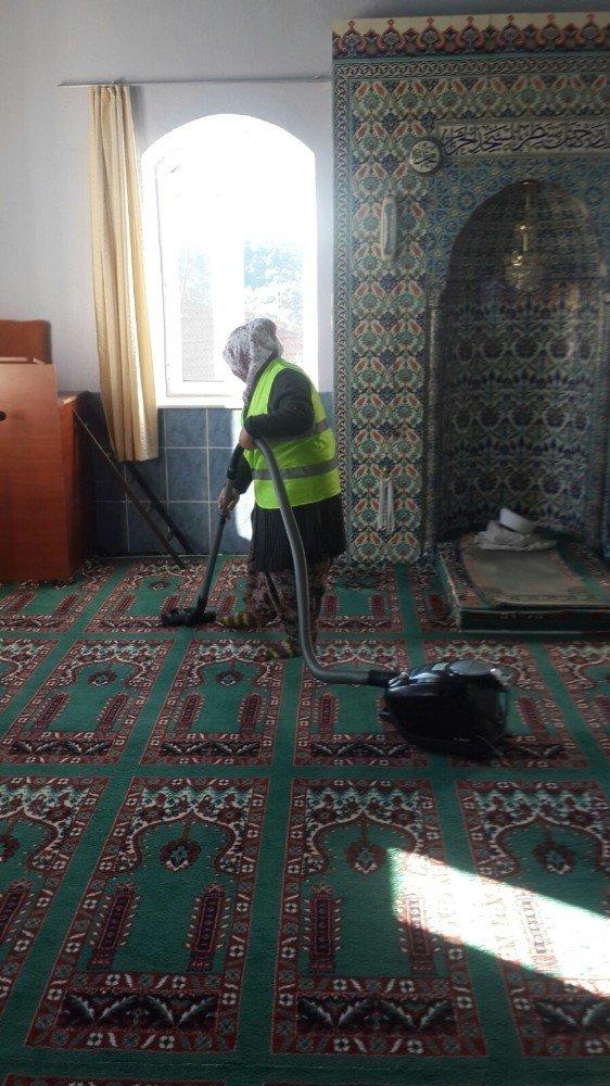 Seyitgazi'deki  tüm camilerde temizlik ve ışıklandırma çalışması