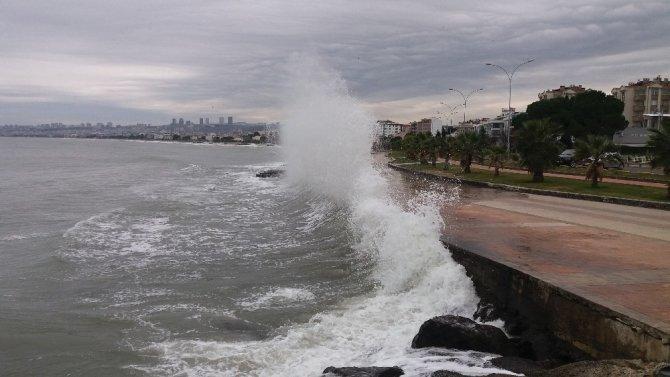 Atakum sahilinde dalgaların önünü kesmek için çalışma başlatıldı