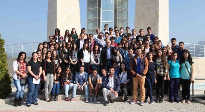 Bayraklı'da başarılı öğrencilere burs desteği