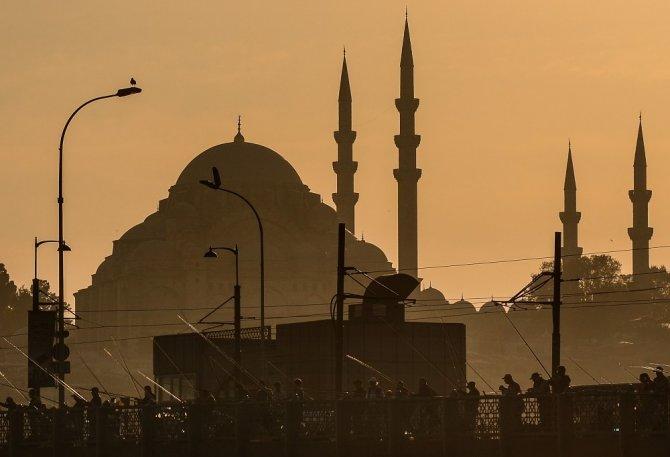 İstanbul'da gün batımı kartpostallık görüntüler oluşturdu