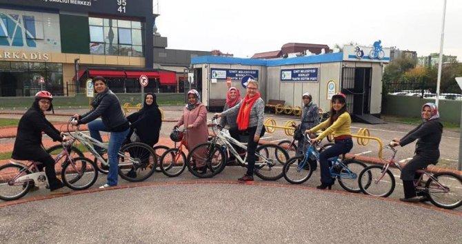 Aileler çocuklarıyla birlikte bisiklet kullanmayı öğreniyor