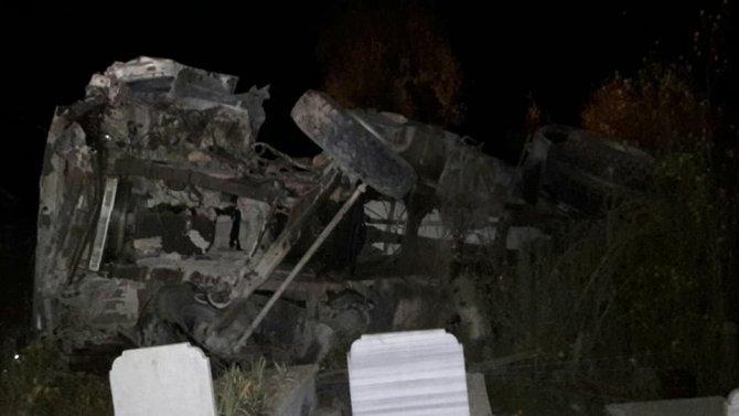 Yoldan çıkan beton mikseri, mezarlığa yuvarlandı
