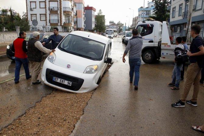 Antalya'da yol çöktü: 2 araç mahsur kaldı