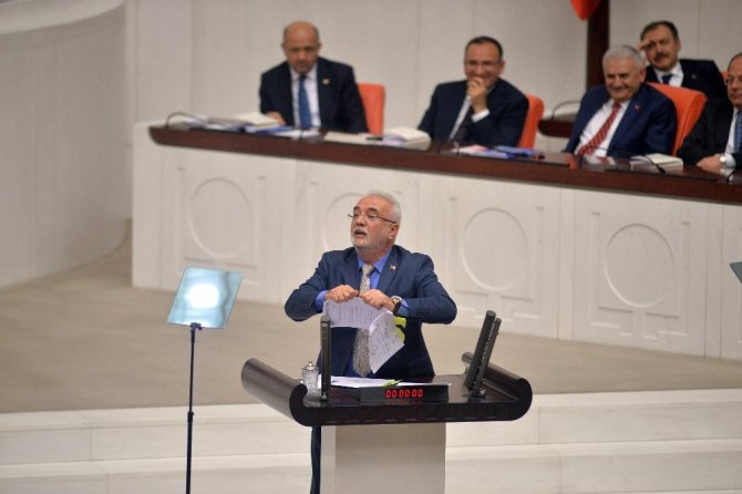 AK Parti Grup Başkan Vekili Elitaş kürsüde CHP'nin dağıttığı belgeleri yırttı