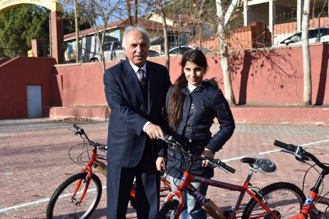 Özel öğrencilere bisiklet hediye edildi