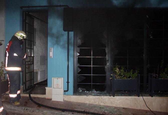 Beyoğlu'nda ofiste çıkan yangında 1 kişi mahsur kaldı
