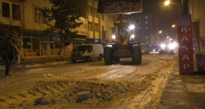 Kars Belediyesi caddelerin kar ve buzunu temizliyor