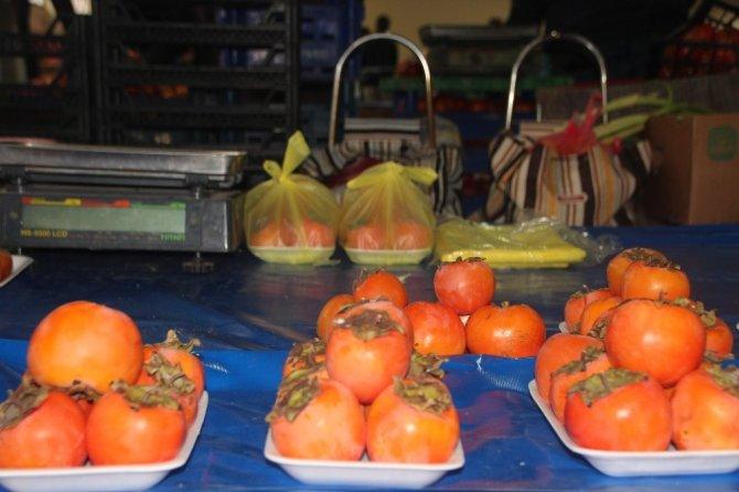 Kışın vazgeçilmez meyvesi hurma tezgahta yerini aldı