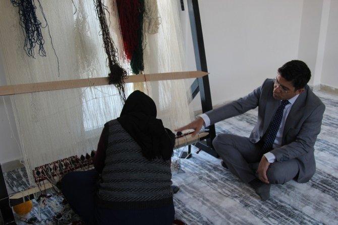 Başkan Vekili Öztürk, ziyaret ettiği kilim atölyelerinde kilim dokudu