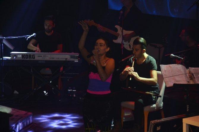 Yıldız Tilbe'den sahnede dans şov