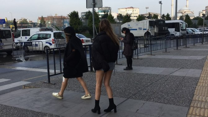 Oyuncu Feyza Civelek'e polise mukavemet gözaltısı