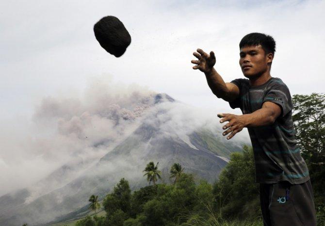 Mayon dağı lav püskürtmeye devam ediyor