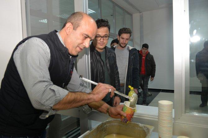Üniversite öğrencilerine soğuk kış gününde sıcak çorba