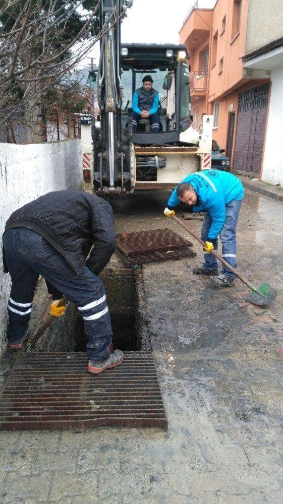 Kırkağaç'ta yağmur suyu ızgaralarına temizlik