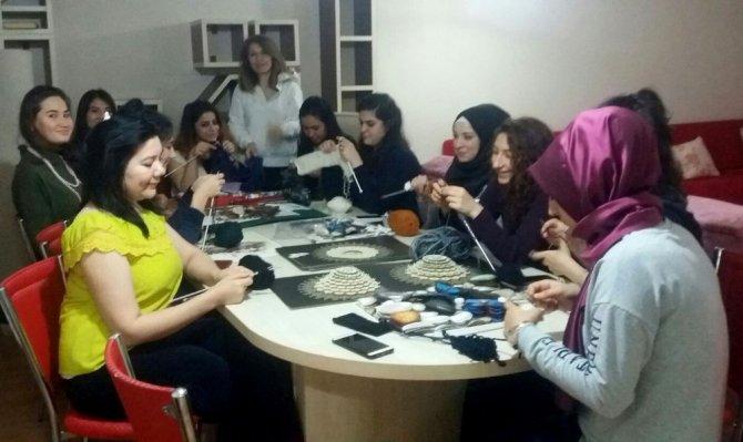 Yabancı öğrenciler örgü örmeyi öğreniyor