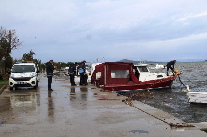 Ayvalık'ta şiddetli rüzgar balıkçıları vurdu