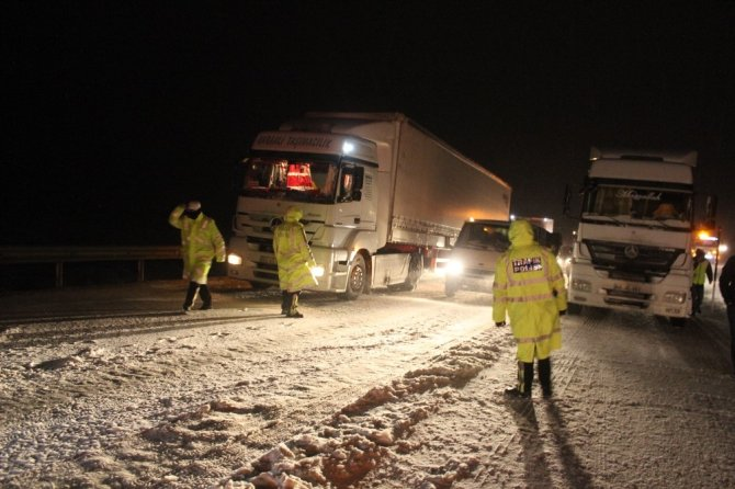 Yolda kalan araçlara polis yardım etti