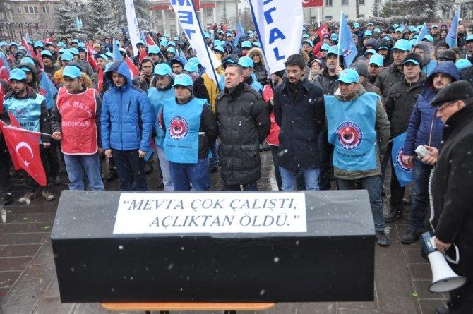 Tabutlu helvalı protesto yaptılar