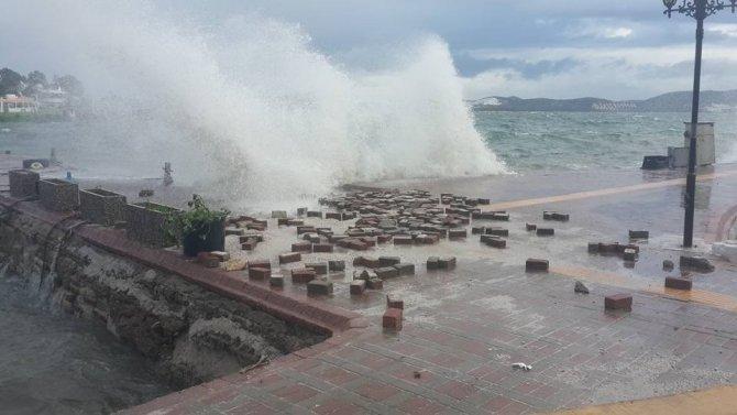 Milas'ta fırtına ve yağmur hayatı olumsuz etkiledi