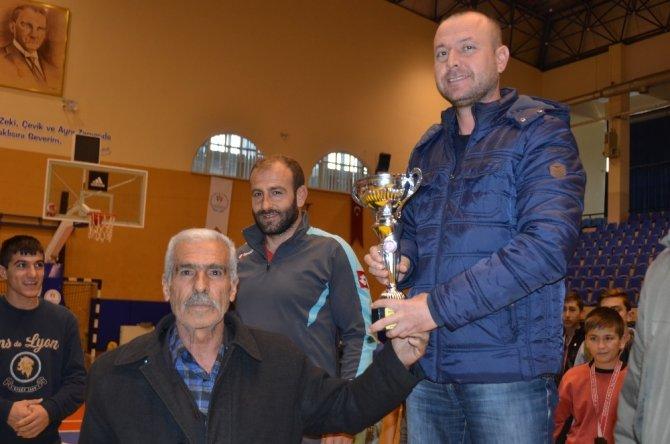Şehit Fethi Sekin'in babası sporculara madalya verdi