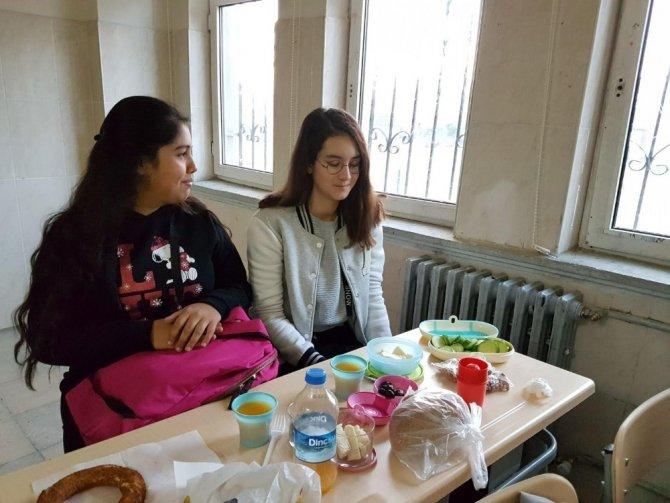 Hacı Mustafa Müdüroğlu Ortaokulu'nda kahvaltı