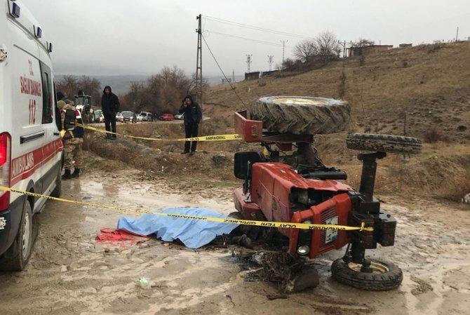 Devrilen traktörün altında kalan muhtar öldü