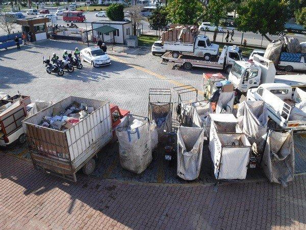 Mersin'de trafiği tehlikeye sokan çöp araçları toplatıldı