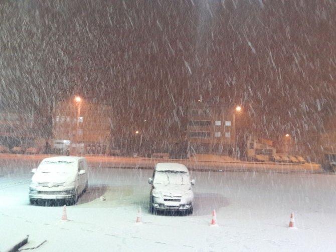 Kar yağışı ulaşımda aksamalara neden oldu