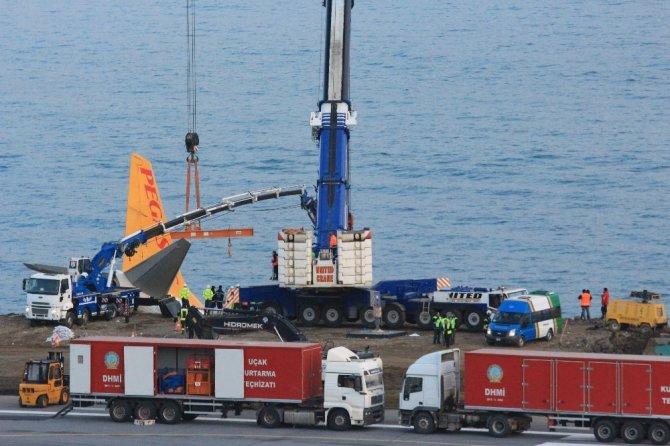 Trabzon'da pistten çıkan uçağı kurtarma çalışmaları devam ediyor