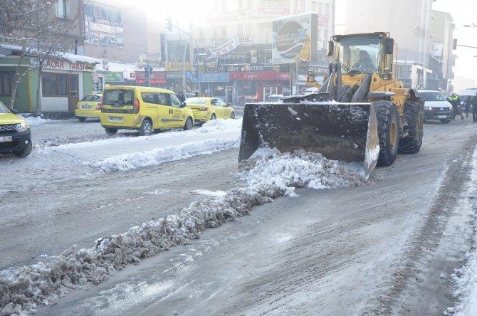 Ağrı'da kar temizleme çalışmaları devam ediyor