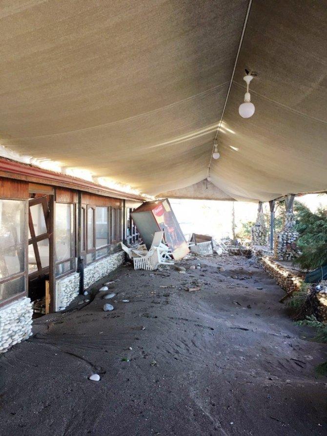 Akçakoca'da şiddetli fırtına iş yerlerine zarar verdi