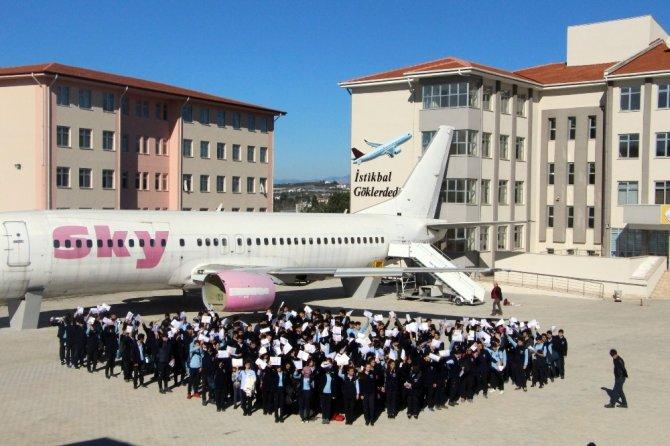 Karne sevinçlerini Boeing 737-400 tipi yolcu uçağının önünde kutladılar
