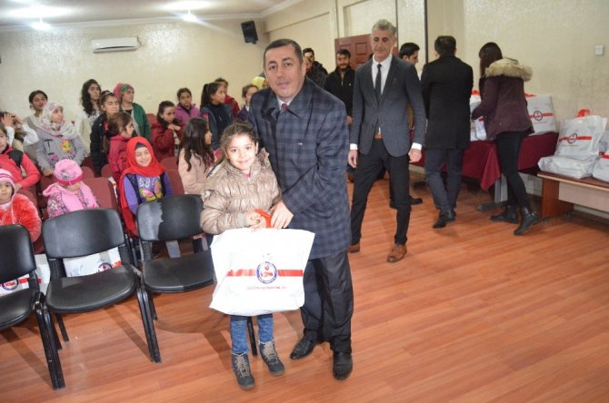 Sason'da yoksul öğrencilere mont dağıtıldı