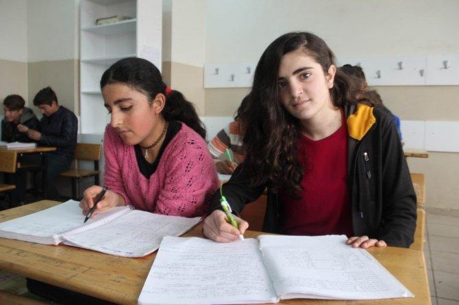 Okula kazandırılan kız çocukları karnelerini aldı