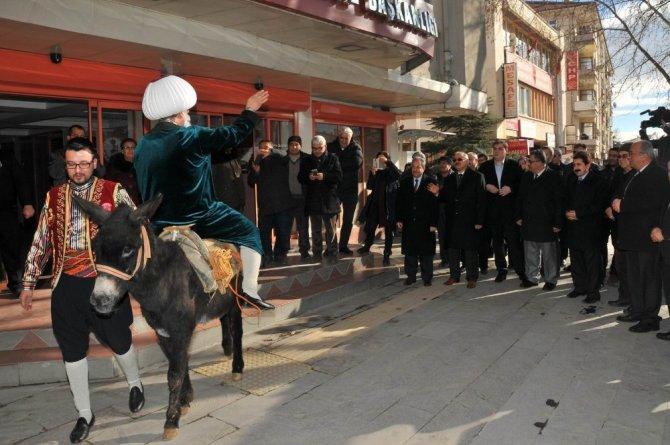 Temsili Nasreddin Hoca İstanbul'daki EMITT fuarına Karakaçan'a ters binip gitti